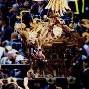 御神輿の真上から覗きこむような真似はバチあたり