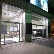 ファッション専門店の激戦区に建つローカルデパートです。