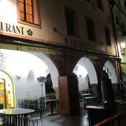 スヴォルノステイ広場に面しているレストランです。