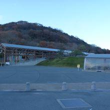 山の懐に囲まれた静かな温泉、足湯も開設されている