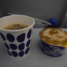 マリメッコデザインのカップとアイス