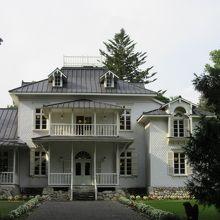 隣接する公園の奥には旧青木家那須別荘邸