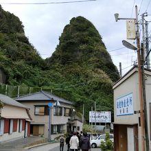 島に渡る舟乗場まで歩いて行くのですが、途中に面白い山が観える