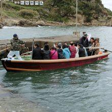 渡し舟は十数人乗れますが、船頭さんは櫓を使っての舟です。