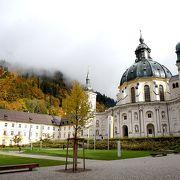 紅葉がすばらしい街道沿いに立つ壮大な修道院です。