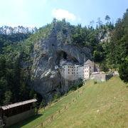 岩と一体化した城