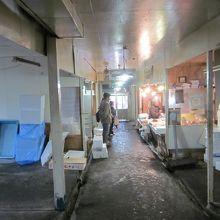 川の上に建つ小樽の名所市場 〜 妙見市場