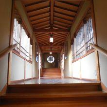 本堂に繋がる建物内廊下