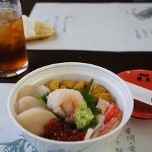 美味しそうな海鮮丼、向こうの烏龍茶のグラスの大きさ?