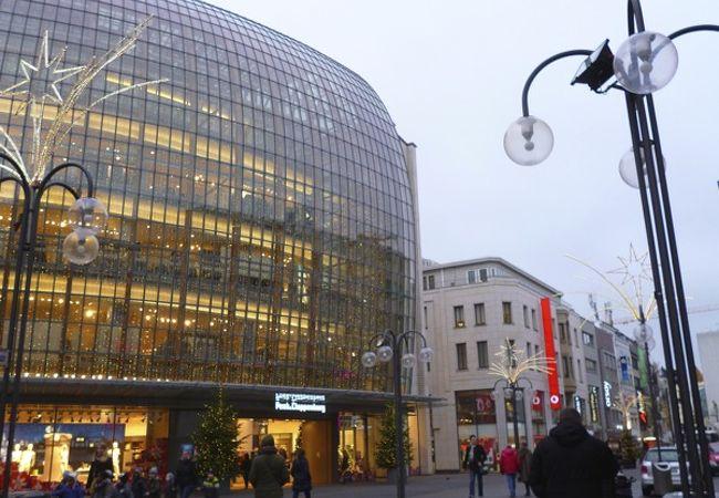 大きなショッピングビル。
