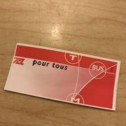 チケットは乗車前に自販機で購入すること(トラム車内では買えない)