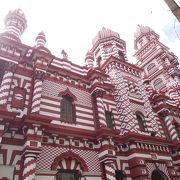 赤と白のコントラストが素晴らしいモスク