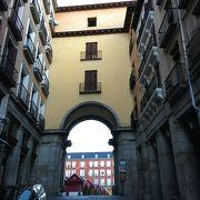 マヨール広場の9つの門の一つ
