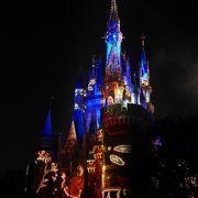 夜のシンデレラ城が巨大な絵本に変身!