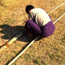 ドローン回収のため竹を繋ぎ合わせるニーニー
