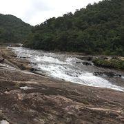 岩の上を流れる川