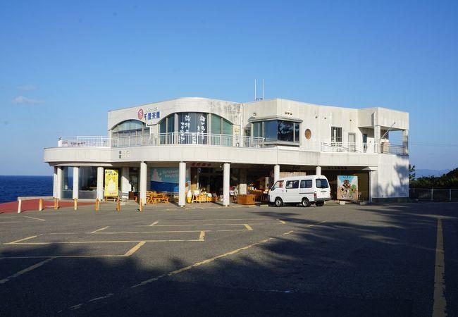 広い駐車場の海側に建つしっかりした建物