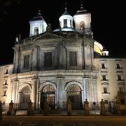 巨大なドームが印象的な教会