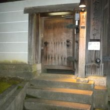 一般拝観時間終了後にチェックインする場合の通用門。
