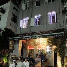1階はバー。レストラン部門は2階にあります。