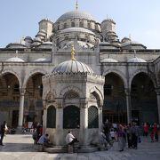 ガラタ橋のたもとにそびえる大きなモスク