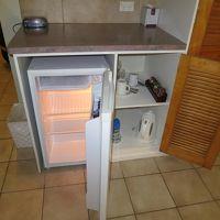 冷蔵庫、湯沸かし電気ポットがあります。