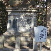 成田屋銅像台座に高浜虚子の句碑