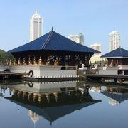 湖に浮かぶ仏教寺院
