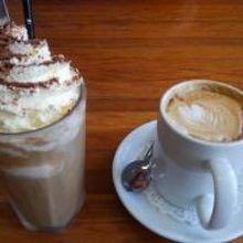 アイスコーヒーとフラットホワイト