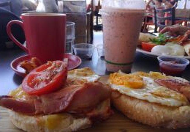 海沿いのカフェで朝食