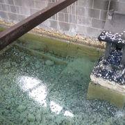 草津の源泉地を改修した源頼朝が祀られています