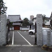 正 面 (墓地は左側)