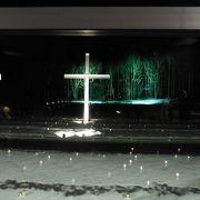夜の雪の中にたたずむ十字架