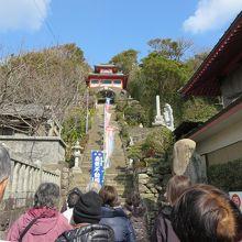 階段と鐘楼門