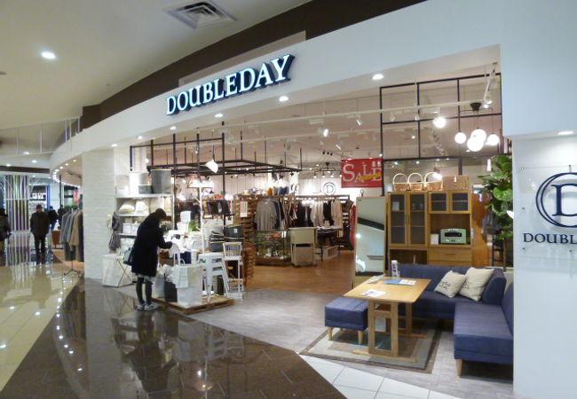 洗練されたデザインの家具や雑貨のお店。