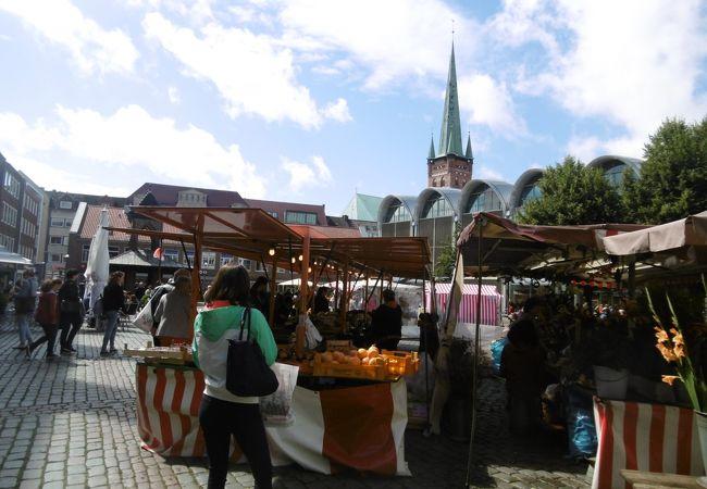 果物などを売る露天が出ていました。