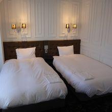 ベッドが全部で4つ。シモンズ製で寝心地は良い