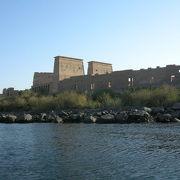 ナイル川の小島に建つ美しい神殿
