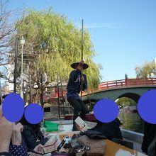 船頭さんが竿で舵を取りながら移動