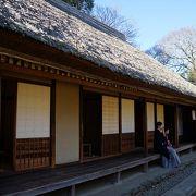 藁ぶき屋根の建物が二棟寄り添うように建っています