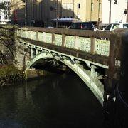 街中にあるアーチ橋