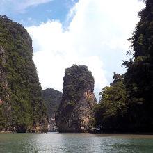 カヌーに乗り換えて、鍾乳洞や奇岩を間近で堪能しました。