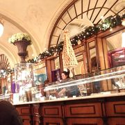 王室のようなカフェ