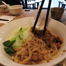 ジャージャー麺。お肉ではなく豆腐が使われてます