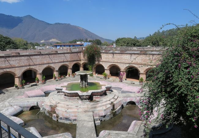 中庭には大きな噴水が残されています