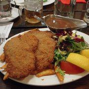 ステーキが名物の様ですが、ドイツ料理のお店でドイツの山小屋風の衣装で出迎えてくれます。