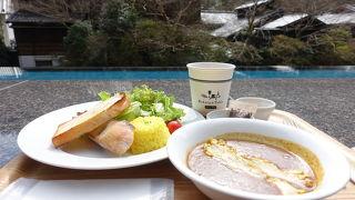 足湯と眺望を楽しめるカフェ
