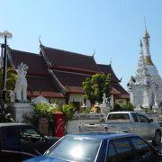 寺院マッサージ棟にてタイ伝統医学の秘技、「トークセン」を施術してもろた。