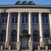 側面に多数の柱をもつルネサンス様式の建物