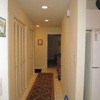 室内に入るとリビングとベットルームを別ける廊下があります。